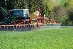 Ψεκάζοντας φυτοφάρμακο γεωργίας τρακτέρ στοκ εικόνες