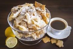 Ψεκάστε με την κονιοποιημένη ζάχαρη, τηγανισμένο πιάτο της ζύμης shortcake Πολωνική και λιθουανική κουζίνα επιδορπίων - φτερά αγγ στοκ φωτογραφίες με δικαίωμα ελεύθερης χρήσης