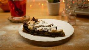 Ψεκάστε τη ζάχαρη σκονών στο νόστιμο κέικ απόθεμα βίντεο