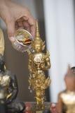 Ψεκάστε το νερό επάνω σε μια εικόνα του Βούδα, υπόβαθρο εποχής Στοκ Εικόνα