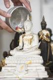 Ψεκάστε το νερό επάνω σε μια εικόνα του Βούδα, υπόβαθρο εποχής Στοκ φωτογραφία με δικαίωμα ελεύθερης χρήσης