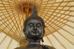 Ψεκάστε το νερό επάνω στο Βούδα κάτω από την ομπρέλα Στοκ Εικόνες