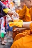 Ψεκάστε το νερό επάνω στο μοναχό στο φεστιβάλ Ταϊλάνδη Κου Κλουξ Κλαν τραγουδιού Στοκ Εικόνες