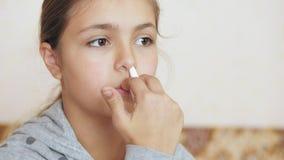 Ψεκασμοί κοριτσιών εφήβων στον ψεκασμό μύτης απόθεμα βίντεο