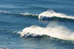 Ψεκασμός και surfers κυμάτων στοκ εικόνες