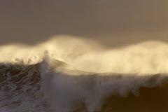 Ψεκασμός κυμάτων θάλασσας στο ηλιοβασίλεμα Στοκ Φωτογραφία
