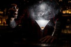 Ψεκασμός μπάρμαν πικρός στο γυαλί με φρέσκο martini στοκ φωτογραφία με δικαίωμα ελεύθερης χρήσης