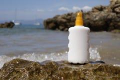 Ψεκασμός μπουκαλιών κρέμας ήλιων Στοκ εικόνα με δικαίωμα ελεύθερης χρήσης