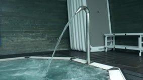 Ψεκασμός νερού ακροφυσίων τζακούζι για την τελευταία χαλάρωση με τις φυσαλίδες ζεστού νερού φιλμ μικρού μήκους
