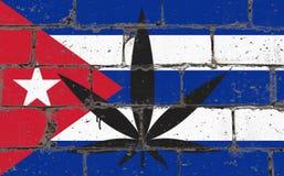 Ψεκασμός τέχνης οδών γκράφιτι που επισύρει την προσοχή στο διάτρητο Φύλλο καννάβεων στο τουβλότοιχο με τη σημαία Κούβα στοκ φωτογραφίες