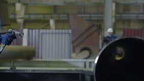 Ψεκαστήρας σωλήνων χρωμάτων ατόμων Το χέρι των ατόμων χρωματίζει τους σωλήνες στην κινηματογράφηση σε πρώτο πλάνο εγκαταστάσεων Στοκ Φωτογραφία