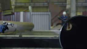 Ψεκαστήρας σωλήνων χρωμάτων ατόμων Το χέρι των ατόμων χρωματίζει τους σωλήνες στην κινηματογράφηση σε πρώτο πλάνο εγκαταστάσεων Στοκ φωτογραφία με δικαίωμα ελεύθερης χρήσης