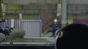 Ψεκαστήρας σωλήνων χρωμάτων ατόμων Το χέρι των ατόμων χρωματίζει τους σωλήνες στην κινηματογράφηση σε πρώτο πλάνο εγκαταστάσεων Στοκ Εικόνα
