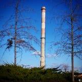Ψηλή καπνοδόχος εργοστασίων Στοκ Εικόνες