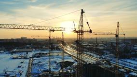 Ψηλοί γερανοί στον τομέα οικοδόμησης μιας multistory κατασκευής φιλμ μικρού μήκους