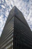 Ψηλό κτίριο στο νεφελώδη ουρανό Στοκ Φωτογραφία