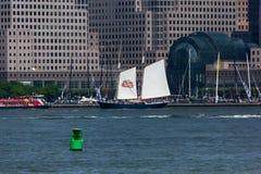 Ψηλό σκάφος κουρευτών ζώων με τη Στέλλα Artois Sails Στοκ Εικόνες