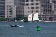 Ψηλό σκάφος κουρευτών ζώων με τη Στέλλα Artois Sails Στοκ φωτογραφία με δικαίωμα ελεύθερης χρήσης