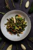 Ψημένα ή μαγειρευμένα λαχανικά σε ένα πιάτο και τα φρούτα και χορτάρια σε ένα μαύρο υπόβαθρο, τοπ άποψη, κινηματογράφηση σε πρώτο στοκ φωτογραφία με δικαίωμα ελεύθερης χρήσης