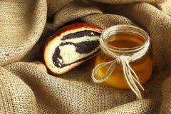 Ψημένα αγαθά με την παπαρούνα και το μέλι στοκ εικόνα