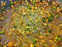 Ψημένα αμύγδαλα και καρύδια φυστικιών στο τηγάνι κέικ Στοκ Εικόνες