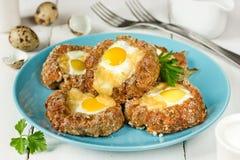 Ψημένα αυγά στις φωλιές κρέατος στοκ εικόνες