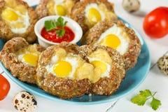 Ψημένα αυγά στις φωλιές κρέατος στοκ φωτογραφίες με δικαίωμα ελεύθερης χρήσης