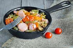 Ψημένα λαχανικά με το τεμαχισμένο λουκάνικο Στοκ Εικόνες