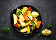Ψημένα λαχανικά στο μαύρο πιάτο σιδήρου Στοκ Εικόνες