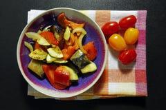 Ψημένα λαχανικά στο ύφασμα κουζινών με τις ντομάτες κερασιών Στοκ εικόνες με δικαίωμα ελεύθερης χρήσης