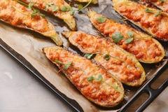Ψημένα γεμισμένα κολοκύθια με το κρέας σε ένα τηγάνι Στοκ Εικόνες