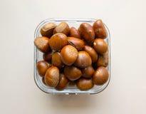 Ψημένα κάστανα που εξυπηρετούνται σε ένα πιάτο γυαλιού Στοκ Φωτογραφία