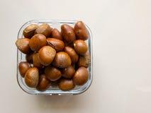 Ψημένα κάστανα που εξυπηρετούνται σε ένα πιάτο γυαλιού στοκ εικόνες με δικαίωμα ελεύθερης χρήσης