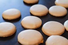Ψημένα κίτρινα macarons Στοκ Εικόνες