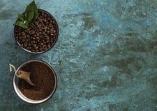 Ψημένα και χονδροειδή φασόλια καφέ Grinded Coffea Arabnica Στοκ εικόνα με δικαίωμα ελεύθερης χρήσης