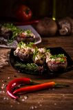 Ψημένα καλύμματα μανιταριών που γεμίζονται με το λουκάνικο, το τυρί, και τα καρυκεύματα Στοκ Εικόνες