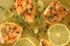 Ψημένα κομμάτια κοτόπουλου στη σάλτσα κρεμμύδι-λεμονιών με το θυμάρι και το σκόρδο στοκ εικόνες