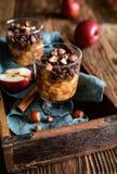 Ψημένα κομμάτια μήλων που ολοκληρώνονται με το granola και τα φουντούκια σοκολάτας στοκ εικόνα με δικαίωμα ελεύθερης χρήσης
