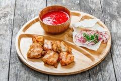 Ψημένα κοτόπουλο και λαχανικά με τη φρέσκια σαλάτα και bbq τη σάλτσα στον τέμνοντα πίνακα στο ξύλινο υπόβαθρο Στοκ φωτογραφία με δικαίωμα ελεύθερης χρήσης