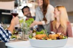 Ψημένα κοτόπουλα για το μεσημεριανό γεύμα Στοκ φωτογραφία με δικαίωμα ελεύθερης χρήσης