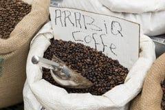 Ψημένα μέσο Arabica φασόλια καφέ σε μια τσάντα Στοκ Φωτογραφία
