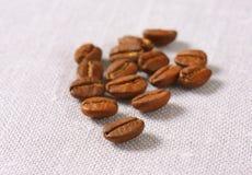 Ψημένα μέσο Arabica φασόλια καφέ Στοκ φωτογραφίες με δικαίωμα ελεύθερης χρήσης