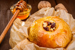 Ψημένα μήλα με τα καρύδια και το μέλι Στοκ Φωτογραφία