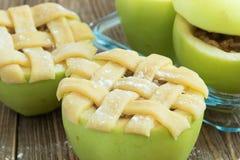 Ψημένα μήλα με τις βρώμες, τις σταφίδες, τα αμύγδαλα και το μέλι στοκ φωτογραφίες
