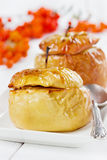 Ψημένα μήλα με το μέλι, τις σταφίδες, το χλωροτύρι και τα καρύδια ι Στοκ εικόνα με δικαίωμα ελεύθερης χρήσης
