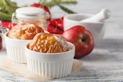 Ψημένα μήλα που ψήνουν στο φούρνο Φρέσκα μήλα για να ψήσει εν πλω Γ Στοκ Φωτογραφίες