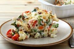 Ψημένα μακαρόνια με τα λαχανικά και τυρί που εξυπηρετείται στο άσπρο πιάτο Στοκ φωτογραφίες με δικαίωμα ελεύθερης χρήσης