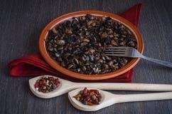 Ψημένα μανιτάρια με τα καρυκεύματα στο πιάτο, ξύλινο υπόβαθρο Στοκ Φωτογραφία