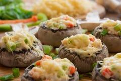 Ψημένα μανιτάρια με την άσπρα σάλτσα και τα λαχανικά στοκ εικόνα με δικαίωμα ελεύθερης χρήσης