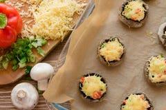 Ψημένα μανιτάρια με την άσπρα σάλτσα και τα λαχανικά στοκ φωτογραφία με δικαίωμα ελεύθερης χρήσης